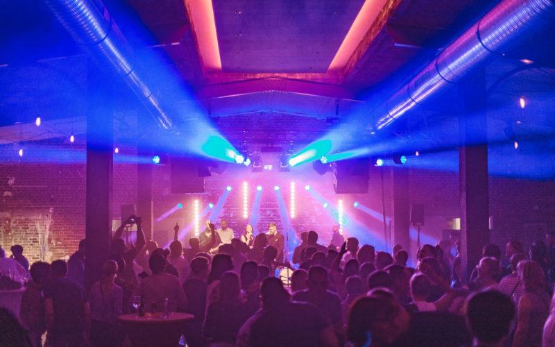 Eventlocation mit Party und tanzenden Personen