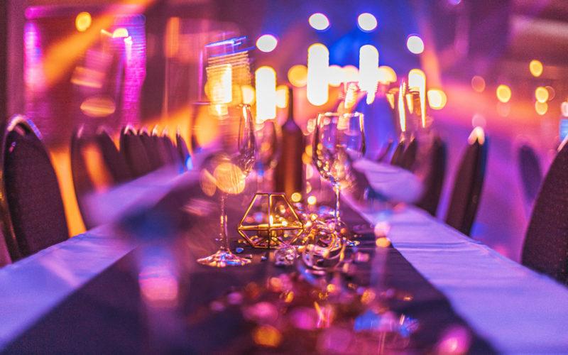 Gedeckter Tisch mit Kerze und Gläser